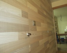 Puertas y pared en madera