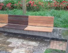 Bancos de madera al aire libre